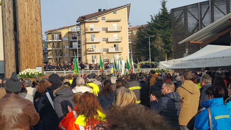 Folla commossa per i funerali di quattro vittime della tragedia di Campo Felice