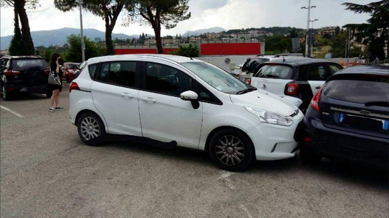 Teramo, auto si sfrena al Mazzini FOTO