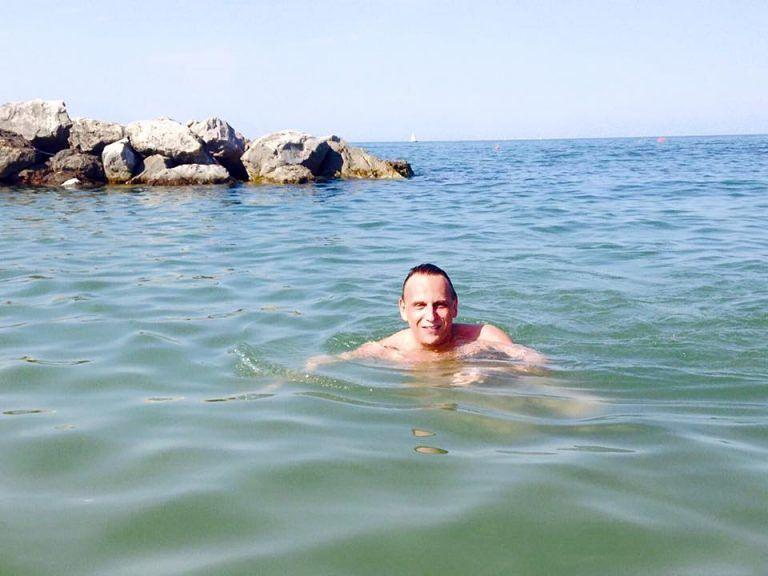 Pescara, il sindaco fa il bagno al mare e mette la foto su Facebook: è polemica FOTO