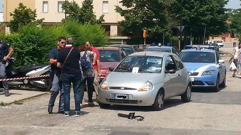 Pescara, lite tra parenti degenera in via Moro: lancio di oggetti dal balcone FOTO