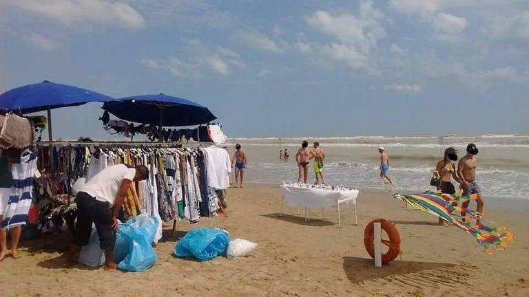 Giulianova, mercatino abusivo sulla spiaggia: l'ira dei commercianti