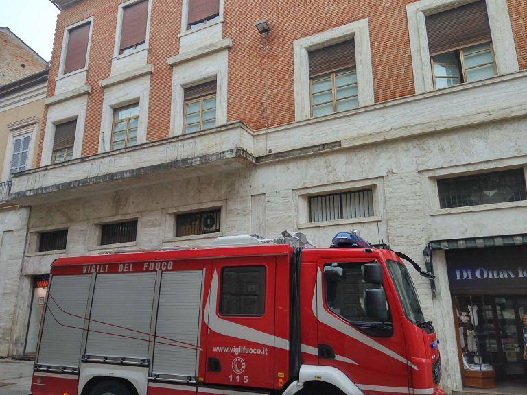 Teramo, si stacca una lastra dal palazzo del sindaco: paura a Corso San Giorgio FOTO