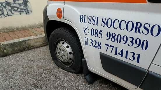 Bussi, i vandali squarciano le gomme delle ambulanze FOTO