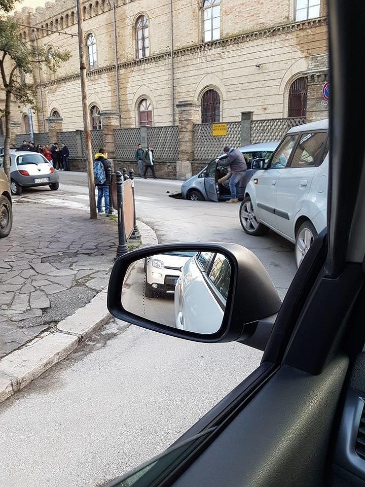 Chieti, auto finisce nella voragine di 5 metri in Piazza Garibaldi FOTO