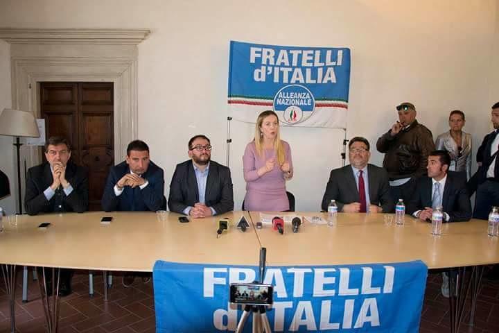 L'Aquila, disabile portato a braccia per assistere all'evento con Giorgia Meloni