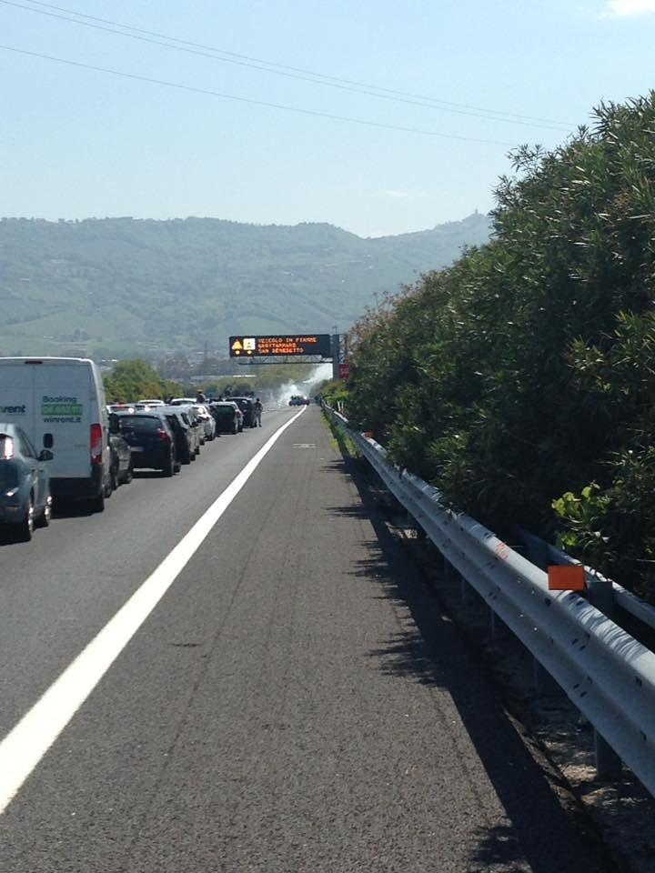 Traffico e code su A24 e A14 per due auto in fiamme