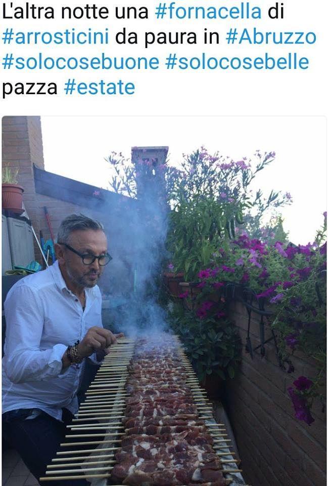 Chef Bruno Barbieri alle prese con arrosticini e fornacella: la foto diventa virale ma…