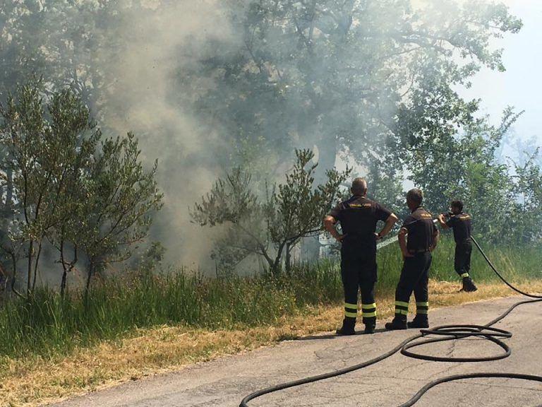 Incendi, la Majella pescarese brucia da 24 ore – FOTO