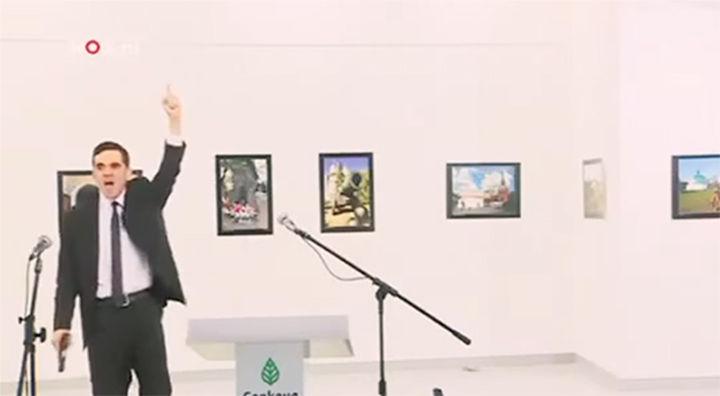 """Turchia, ambasciatore russo ucciso da un poliziotto. Mosca:""""atto terroristico""""  – VIDEO"""