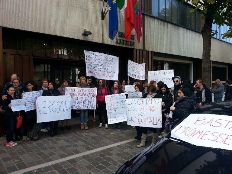 Pescara, i lavoratori dell'azienda 'Maiella e Morrone' protestano davanti alla Regione VIDEO-FOTO