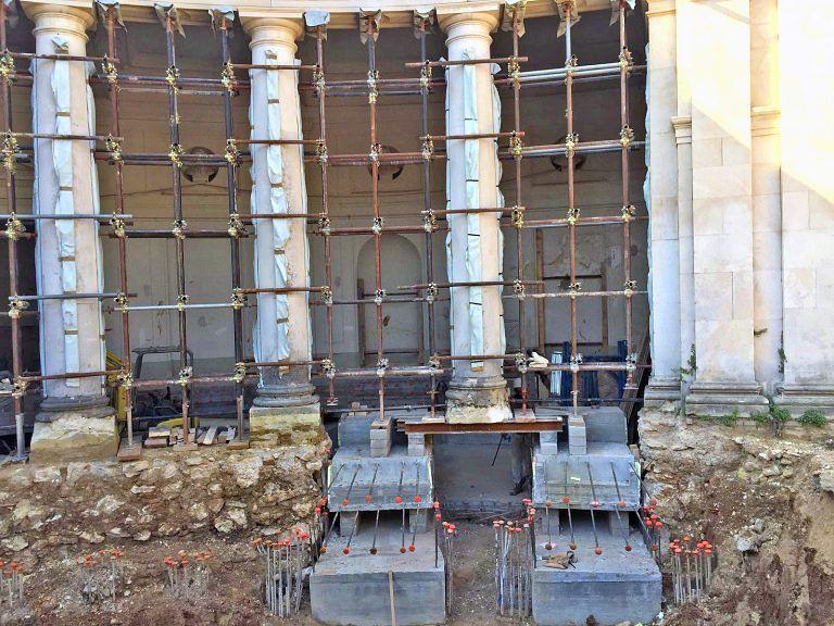 L'Aquila, ricostruzione dell'Emiciclo: montati gli isolatori sismici