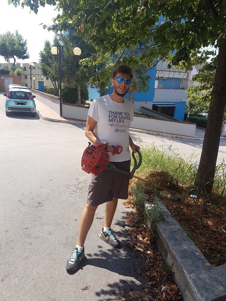Roseto, il consigliere Angelini taglia l'erba a Campo a Mare FOTO