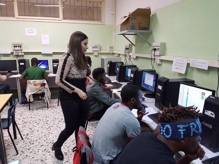 Alba Adriatica, il condominio si ribella: salta l'avvio del corso di alfabetizzazione dei migranti