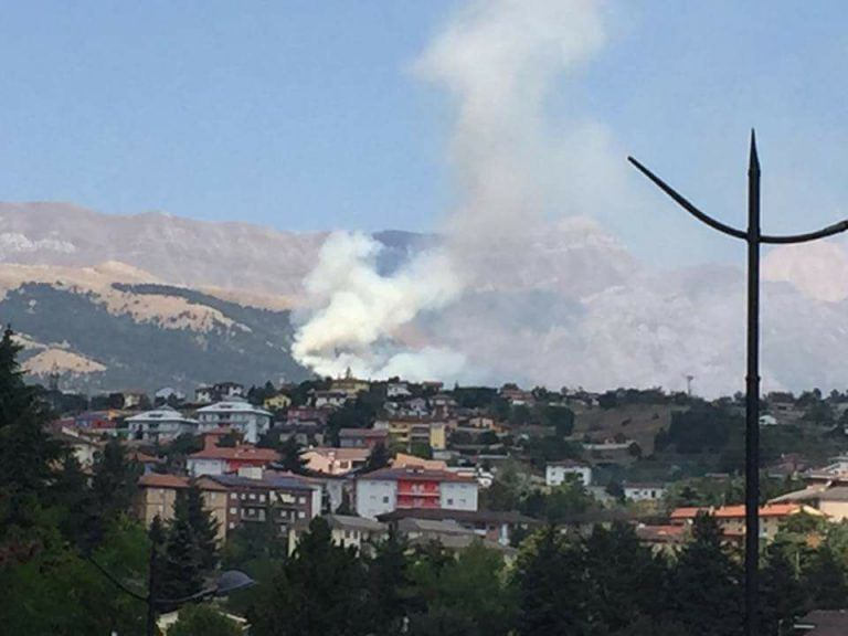 L'Aquila, incendio distrugge bosco ad Aragno: fiamme a 200 metri dalle case VIDEO