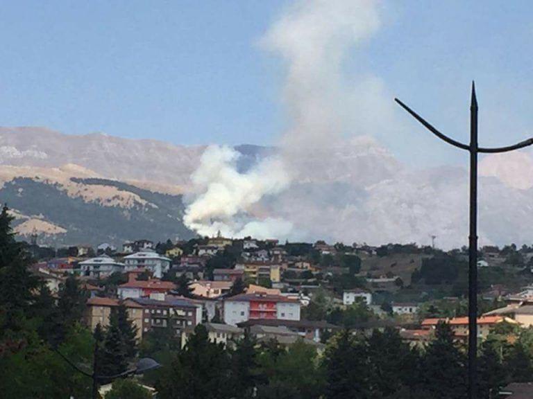 L'Aquila, vasto incendio nella pineta di Aragno: attivato Centro Operativo