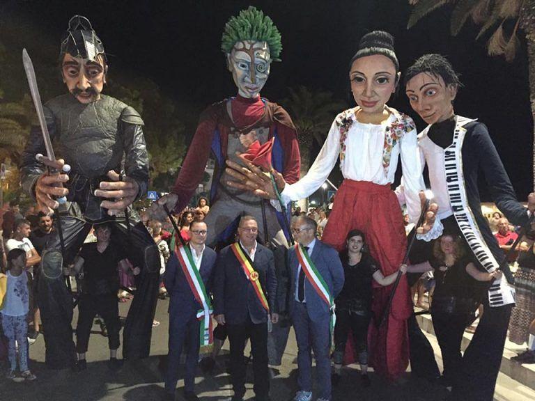 Roseto, grande folla per le marionette giganti – FOTO