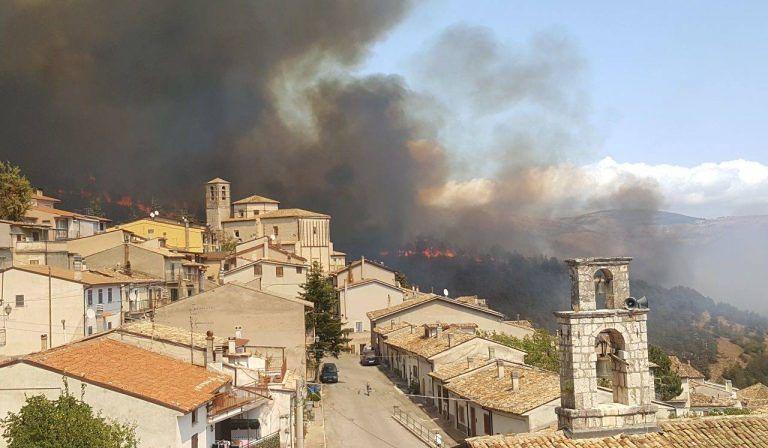 Emergenza incendi anche sul Monte Sirente: alcune abitazioni a Secinaro a rischio evacuazione