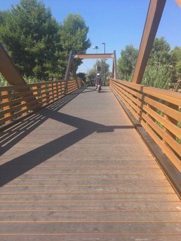 Alba-Villa Rosa, con lo scooter sul ponte ciclabile FOTO