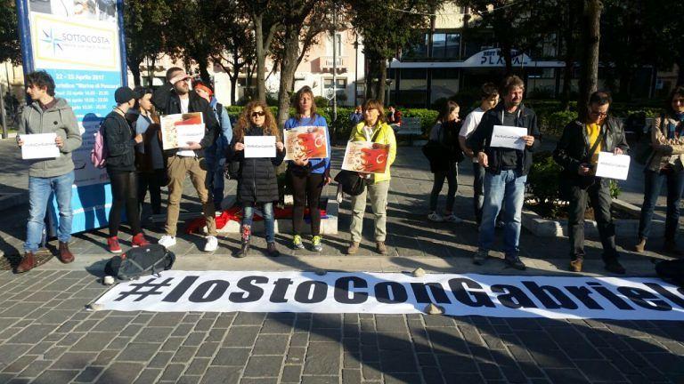 Pescara, centinaia in piazza per rilascio Gabriele Del Grande