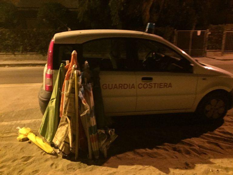 Roseto, sequestrati dalla Guardia Costiera sdraio e ombrelloni FOTO