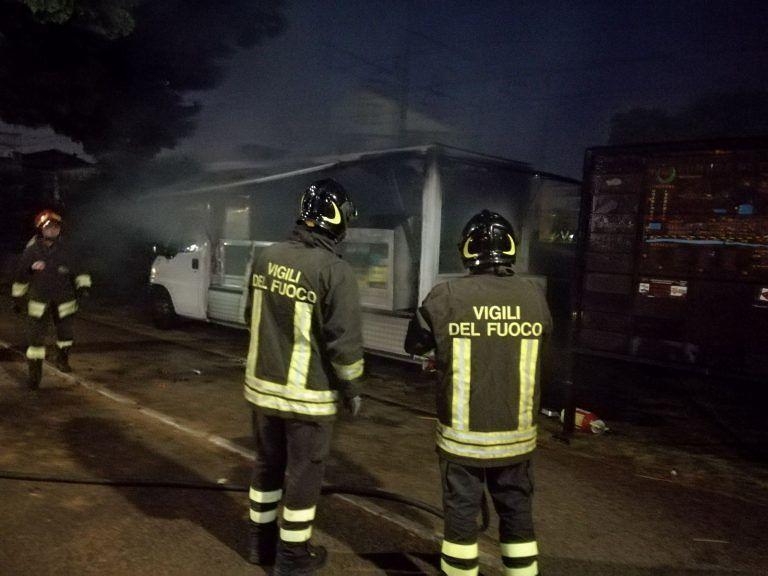Pineto, a fuoco il furgone dei panini FOTO