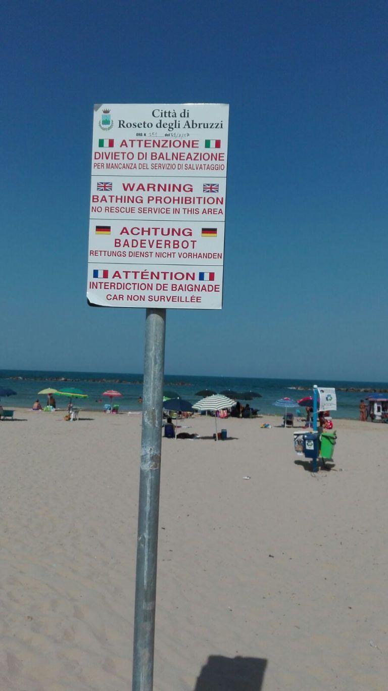 Cologna, compare il divieto di balneazione nella zona centrale di spiaggia libera (VIDEO/FOTO)