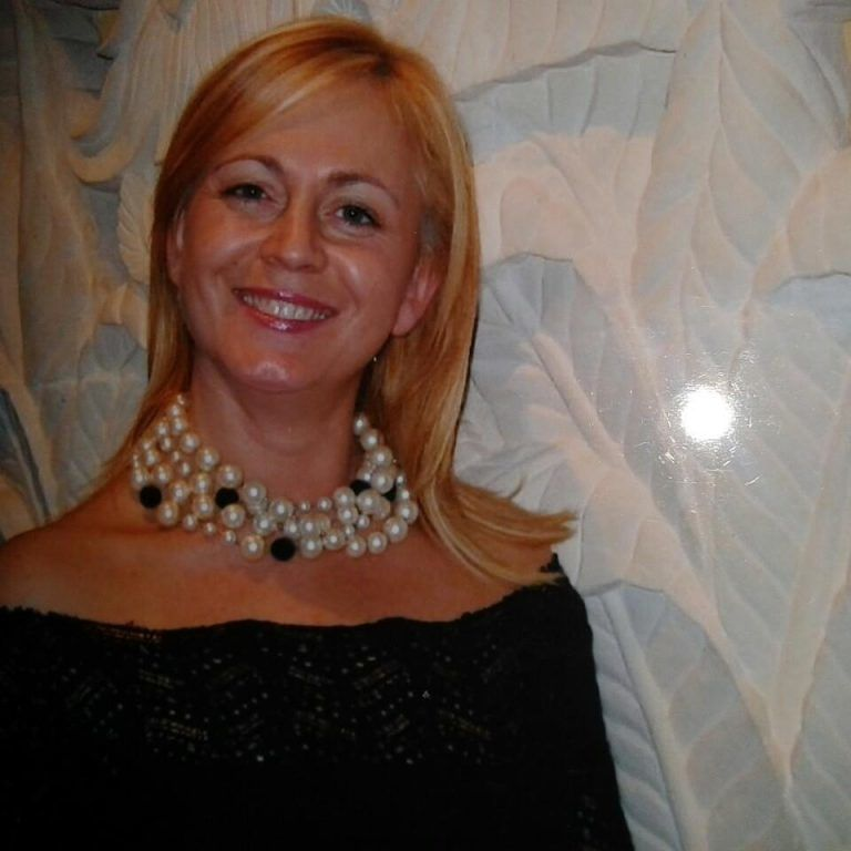 Hotel Rigopiano, centinaia a Loreto per i funerali dei Di Carlo: il piccolo Edoardo in prima fila