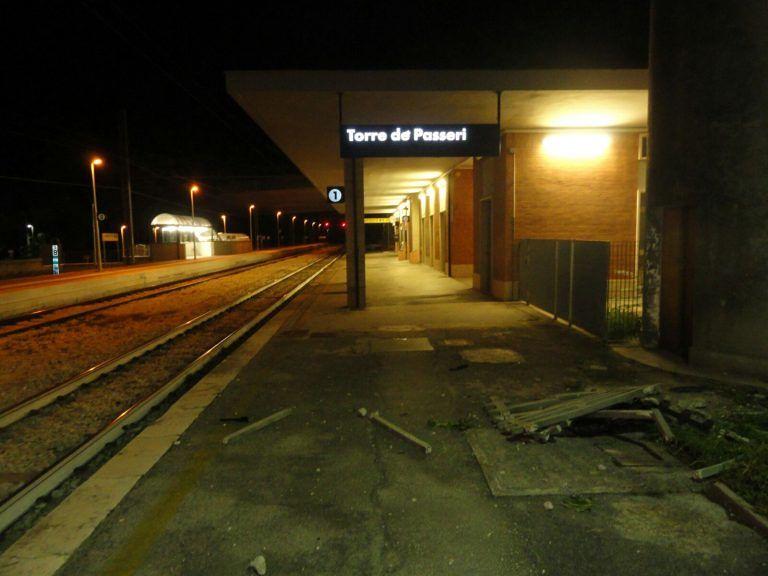 Torre de' Passeri, ubriaco e senza patente abbatte con l'auto il muro della stazione FOTO
