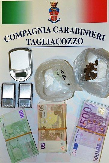 Tagliacozzo, bloccato con droga e 13.500 euro: giovane in manette