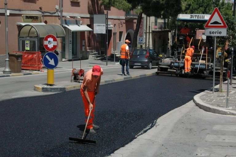 Pescara, via del Circuito: lavori sul manto stradale