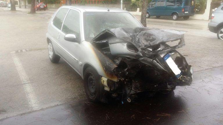 Alba Adriatica, auto finisce contro un albero e prende fuoco VIDEO