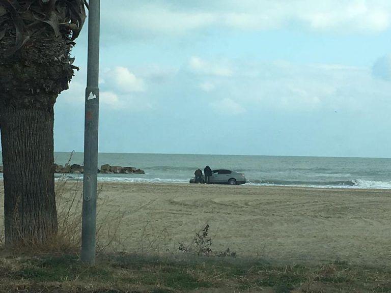 Martinsicuro, l'auto resta bloccata sulla spiaggia FOTO