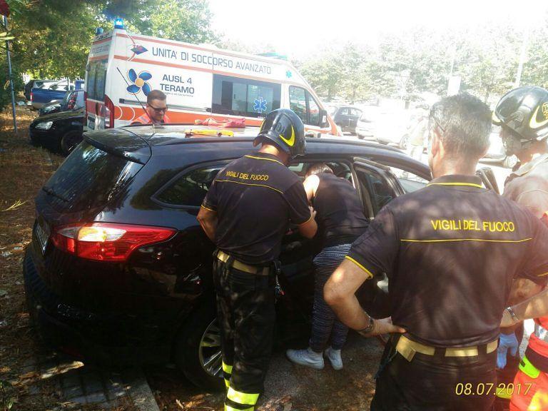 Mosciano, neonato resta chiuso in auto FOTO