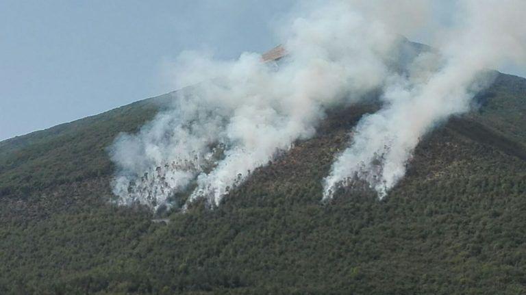 Brucia la montagna di Campli: l'origine è dolosa FOTO VIDEO