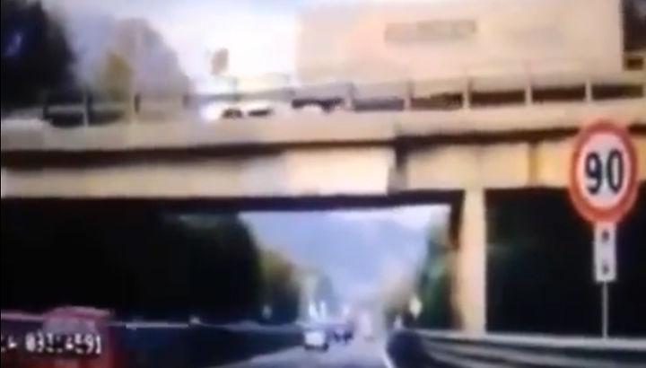 Tragedia sulla Milano-Lecco, diffuso il filmato del crollo – VIDEO