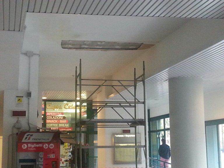 Pescara, cede il controsoffitto nella stazione di Portanuova FOTO