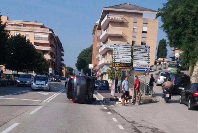 """Teramo, auto """"sale"""" sul marciapiede e si ribalta FOTO"""