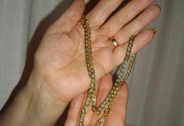 Avezzano, rubano una collana d'oro ad un'anziana: 4 denunce