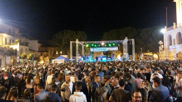 Lanciano, migliaia di persone al concerto dei 99Posse per la chiusura del 'Festival a Trivelle Zero, No Ombrina'