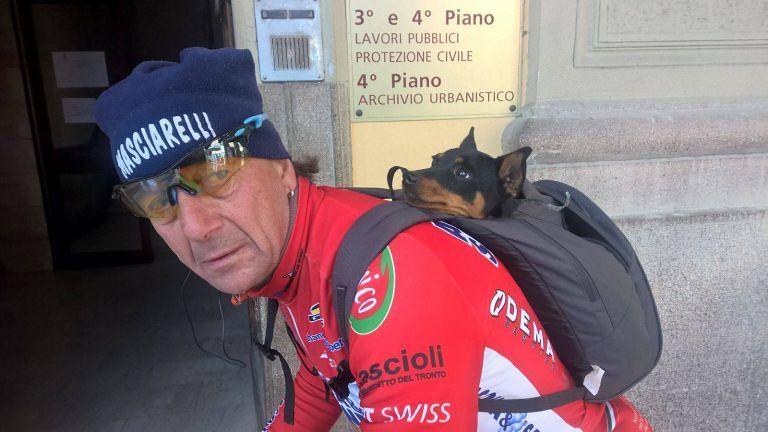 Il cane Tia torna a casa in bicicletta: in spalla al ciclo-amatore che l'ha trovata