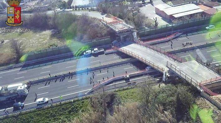 Crolla un ponte sulla A14 tra Loreto e Ancona Sud FOTO VIDEO