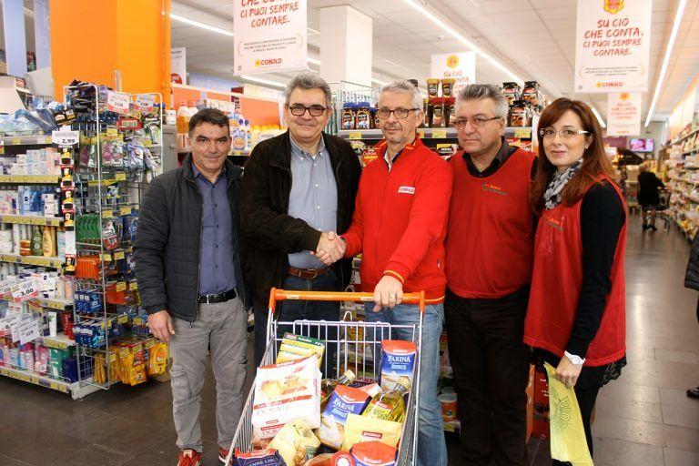Pescara, raccolti 1350 Kg di alimenti per l'iniziativa di solidarietà 'La spesa sospesa'
