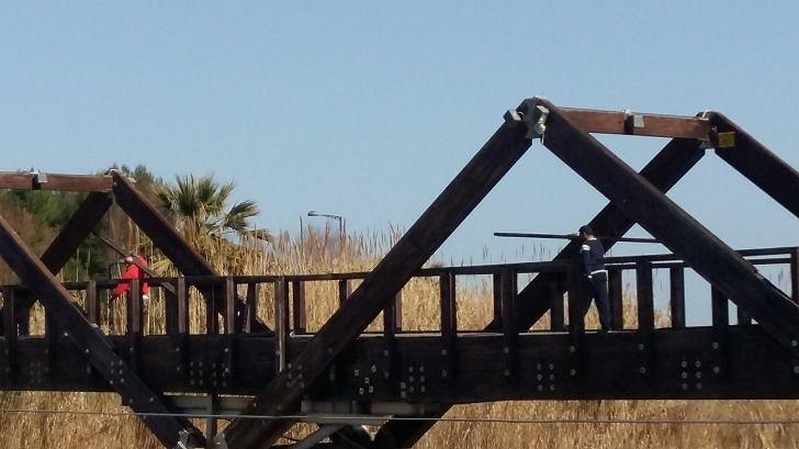 Ponte ciclabile sul Vibrata: partita la demolizione della struttura VIDEO