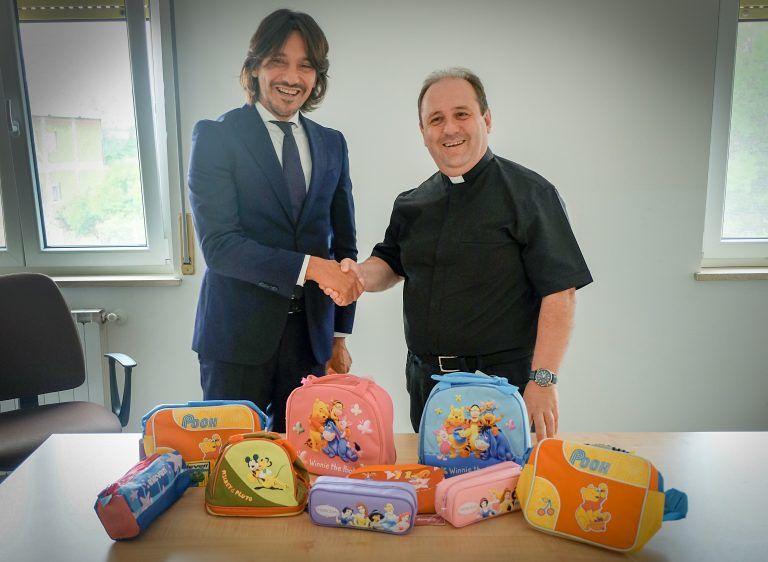 Pescara, donato materiale per la scuola all'Emporio della solidarietà