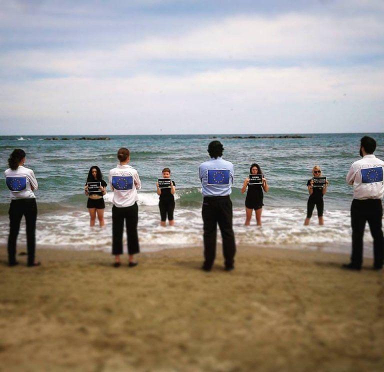 Pescara, il flash mob di Amnesty International
