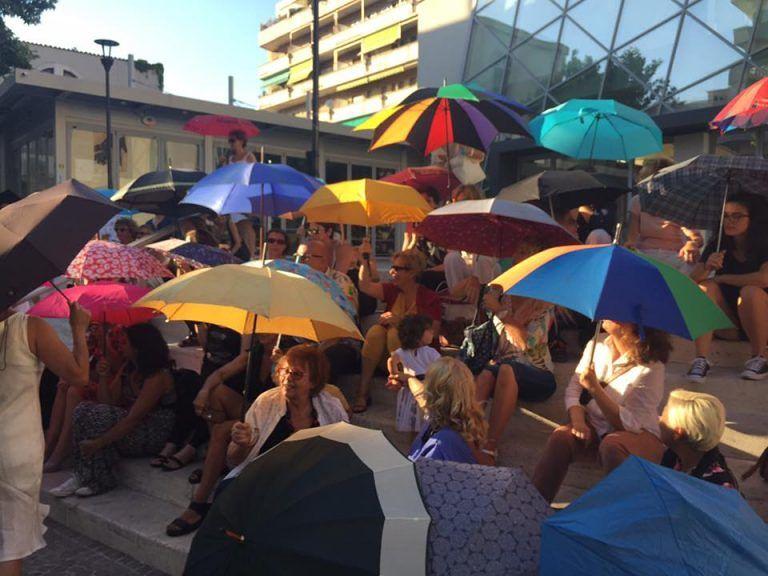 Pescara, a Pescara il flash mob degli ombrelli