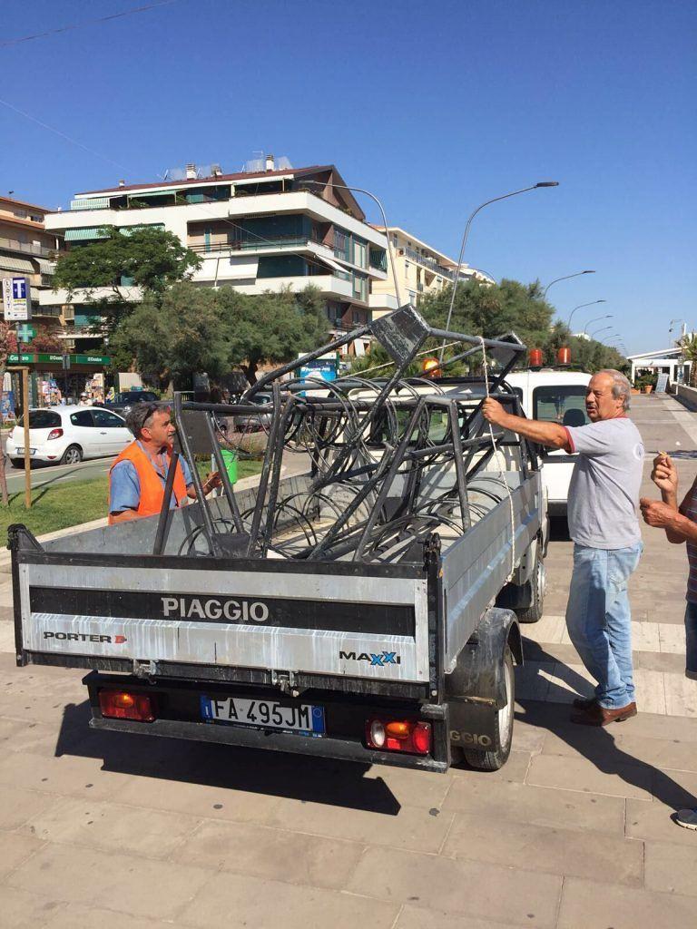 Pescara, rimosse le bici in sosta selvaggia sul lungomare
