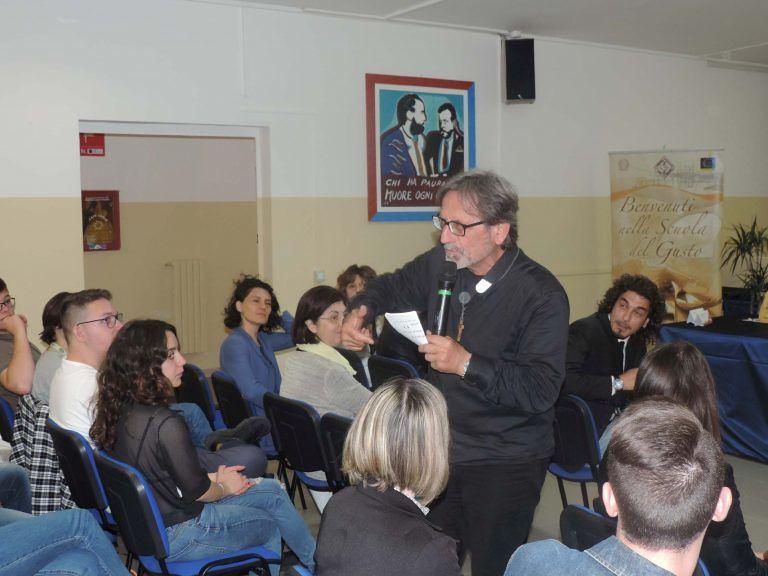 Pescara, 'Educazione alla Legalità': l'incontro con il parroco di Scampia
