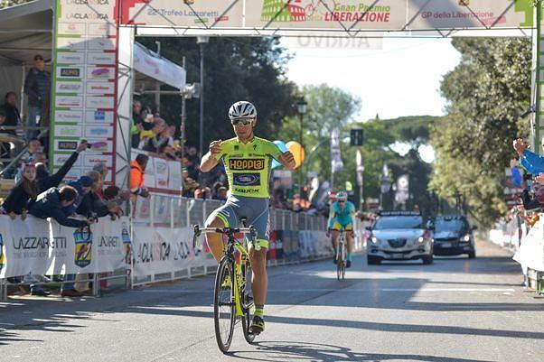 Ciclismo, clamoroso al Matteotti: vince il diciannovenne Albanese