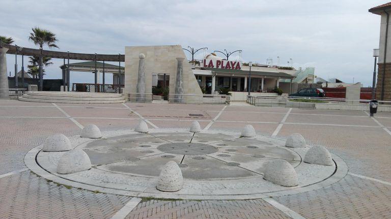 """Pescara, piazza Le Laudi: """"Mai autorizzata la chiusura dell'accesso alla spiaggia"""""""
